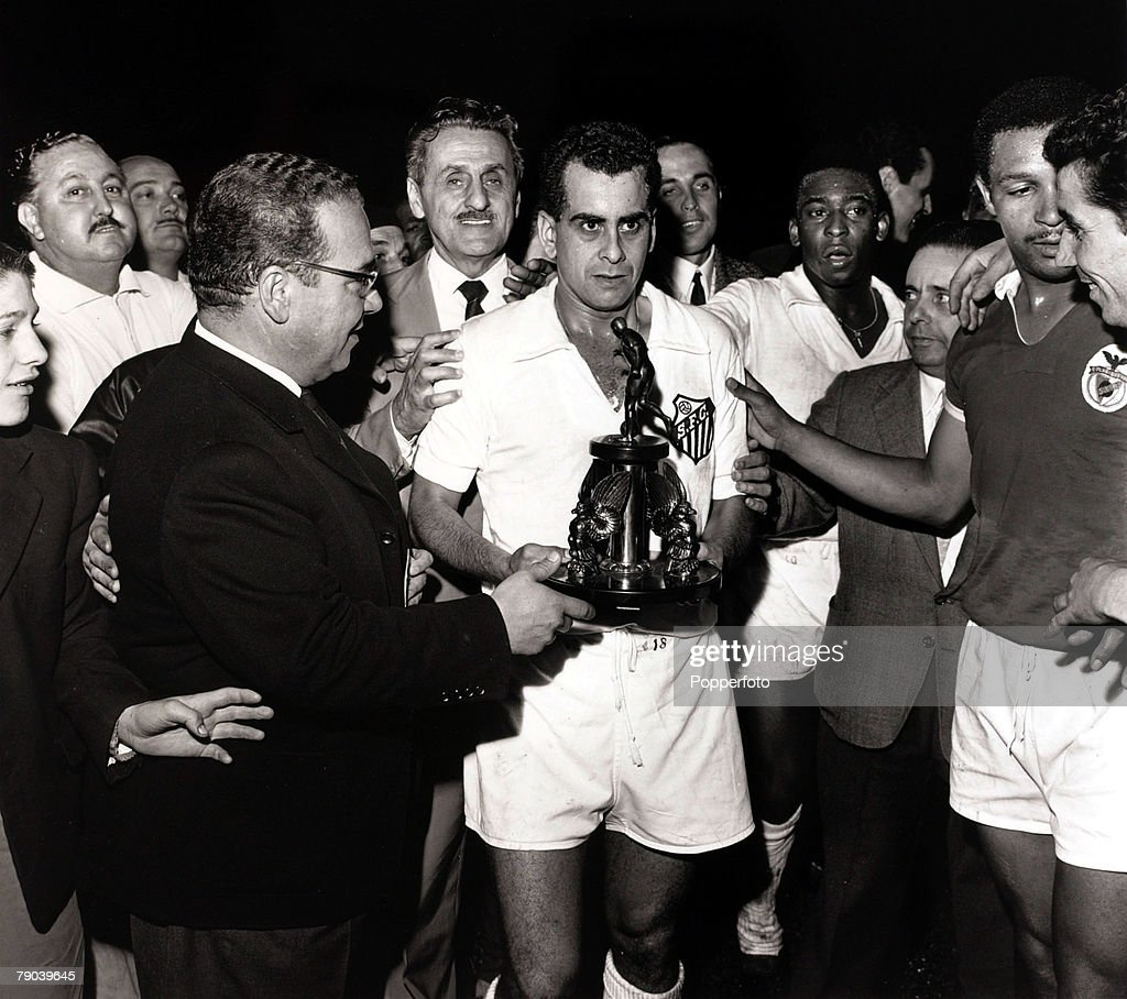 Sport/Football 1962 World Club Championship Lisbon Portugal 11th October 1962 Benficav Santos Santos captain Zito with trophy as his side win to...