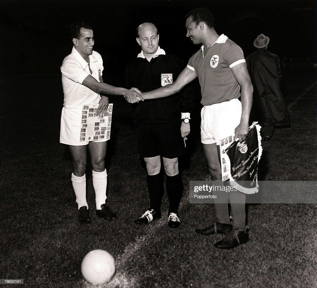 Sport/Football World Club Championship Second leg Lisbon Portugal 11th October 1962 Benfica 2 v Santos 5 Santos captain Zito shakes hands with...