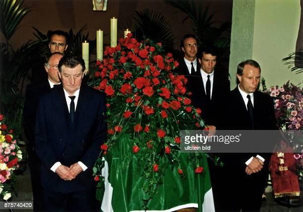 Sportfunktionär D neben dem aufgebahrten Sarg stehen in zwei Reihen vvnh links Fritz Walter Uwe Seeler Franz Beckenbauer rechts Berti Vogts Lothar...