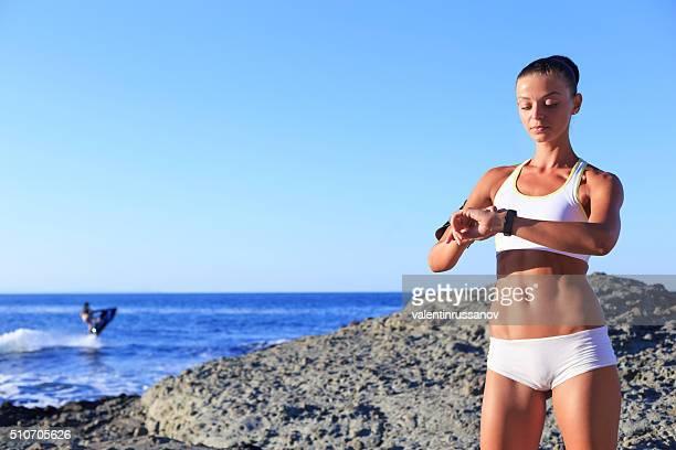 Sportif Frau, die Ihren Puls