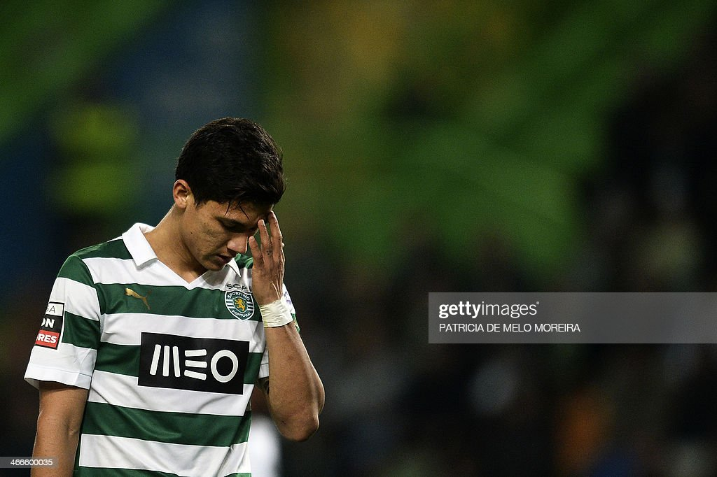 Sporting Colombian forward Fredy Montero reacts after missing a goal opportunity during the Portuguese league football match Sporting vs Academica at the Alvalade stadium on February 2, 2014. The game ended in a draw 0-0. AFP PHOTO/ PATRICIA DE MELO MOREIRA