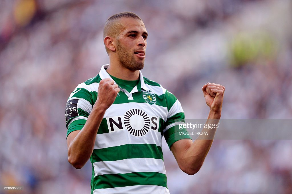 Sporting's Algerian forward Islam Slimani celebrates a goal during the Portuguese league football match FC Porto vs Sporting CP at the Dragao stadium in Porto on April 30, 2016. / AFP / MIGUEL