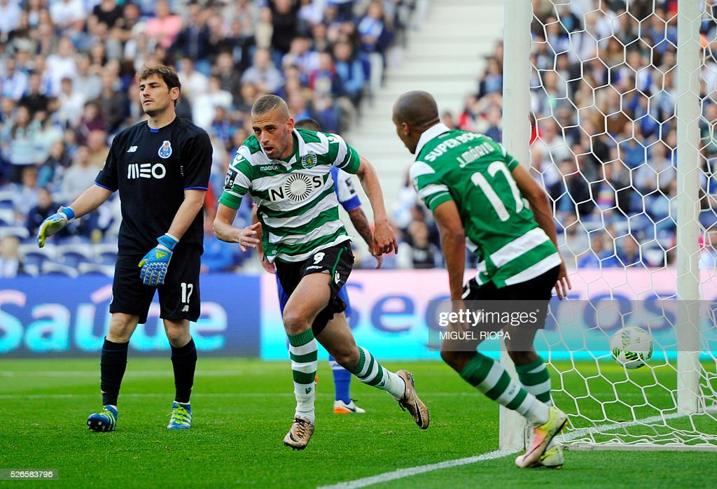Sporting's Algerian forward Islam Slimani (C) celebrates a goal next to Porto's Spanish goalkeeper Iker Casillas (L) during the Portuguese league football match FC Porto vs Sporting CP at the Dragao stadium in Porto on April 30, 2016. / AFP / MIGUEL