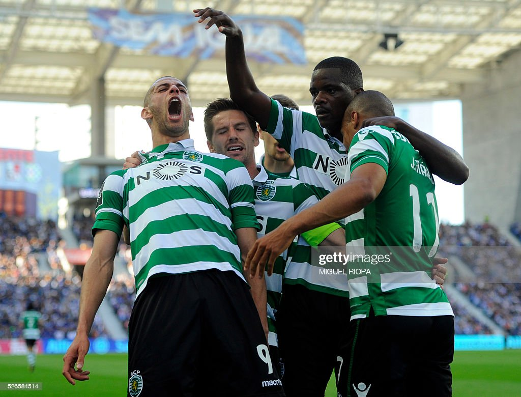 Sporting's Algerian forward Islam Slimani (L) celebrates a goal with teammates during the Portuguese league football match FC Porto vs Sporting CP at the Dragao stadium in Porto on April 30, 2016. / AFP / MIGUEL