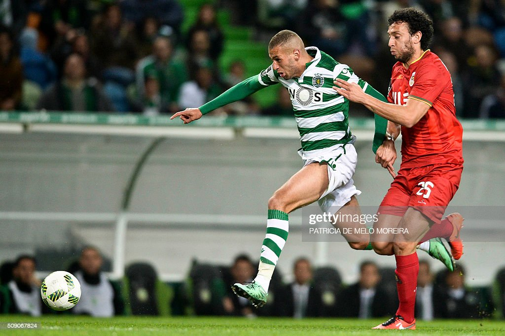 Sporting's Algerian forward Islam Slimani (L) vies with Rio Ave's defender Roderick Miranda during the Portuguese Primeira Liga football match between Sporting and Rio Ave at Alvalade stadium in Lisbon on February 8, 2016. / AFP / PATRICIA DE MELO MOREIRA