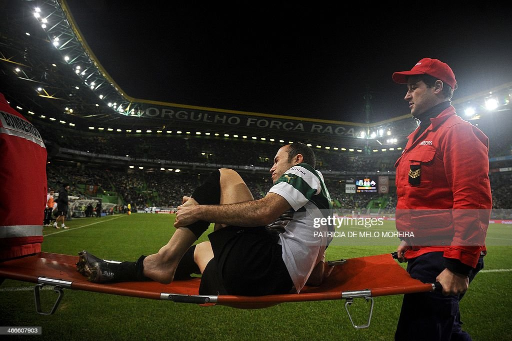 Sporting's Brazilian defender Jefferson Nascimento leaves the pitch on a stretcher after being injured during the Portuguese league football match Sporting vs Academica at the Alvalade stadium on February 2, 2014. The game ended in a draw 0-0. AFP PHOTO/ PATRICIA DE MELO MOREIRA