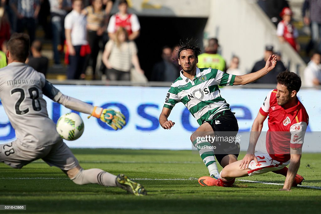Sporting's Costa Rica forward <a gi-track='captionPersonalityLinkClicked' href=/galleries/search?phrase=Bryan+Ruiz&family=editorial&specificpeople=714489 ng-click='$event.stopPropagation()'>Bryan Ruiz</a> (C) score a goal during the Premier League 2015/16 match between SC Braga and Sporting CP, at AXA Stadium in Braga on May 15, 2016.