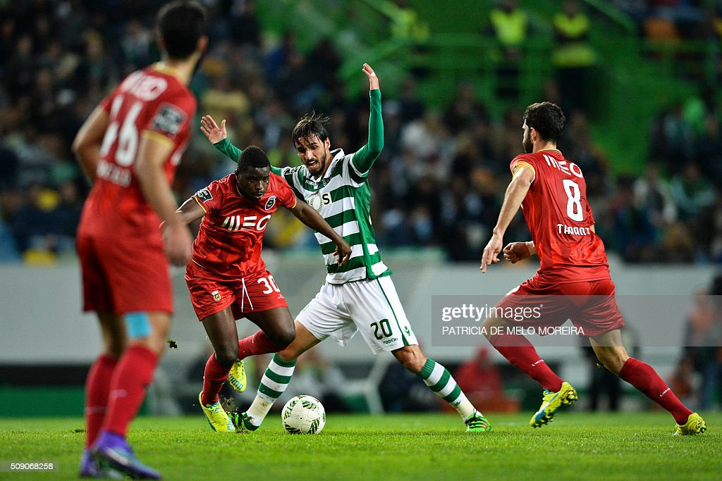 Sporting's Costa Rican forward Bryan Ruiz (2nd R) vies with Rio Ave's Ghanaian midfielder Alhassan Wakaso (2nd L) during the Portuguese Primeira Liga football match between Sporting and Rio Ave at Alvalade stadium in Lisbon on February 8, 2016. / AFP / PATRICIA DE MELO MOREIRA