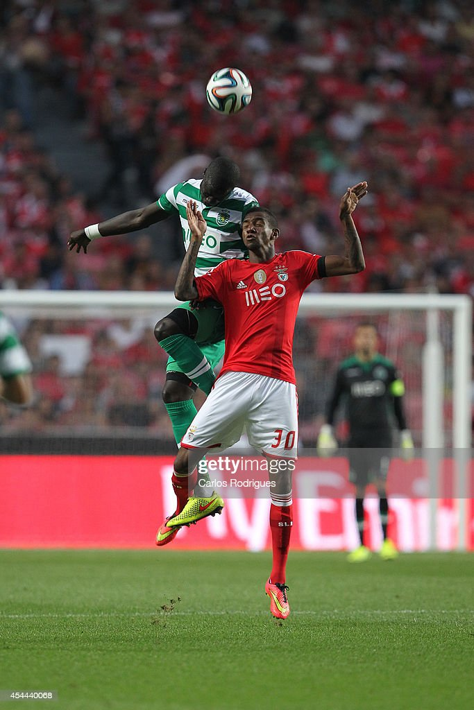 Sporting's defender Naby Sarr vies with Benfica's midfielder Talisca during the Primeira Liga match between SL Benfica and Sporting CP at Estadio da Luz on August 31, 2014 in Lisbon, Portugal. (Photo by Carlos Rodrigues/Getty Images).