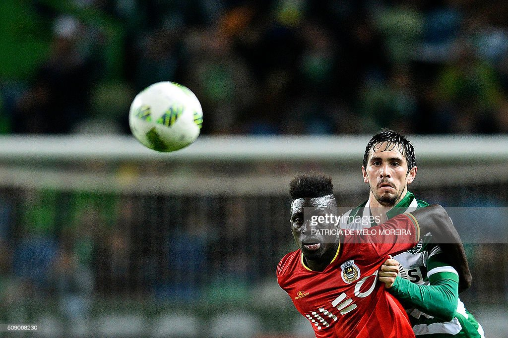 Sporting's defender Paulo Oliveira (R) vies with Rio Ave's forward Yazalde Pinto during the Portuguese Primeira Liga football match between Sporting and Rio Ave at Alvalade stadium in Lisbon on February 8, 2016. / AFP / PATRICIA DE MELO MOREIRA