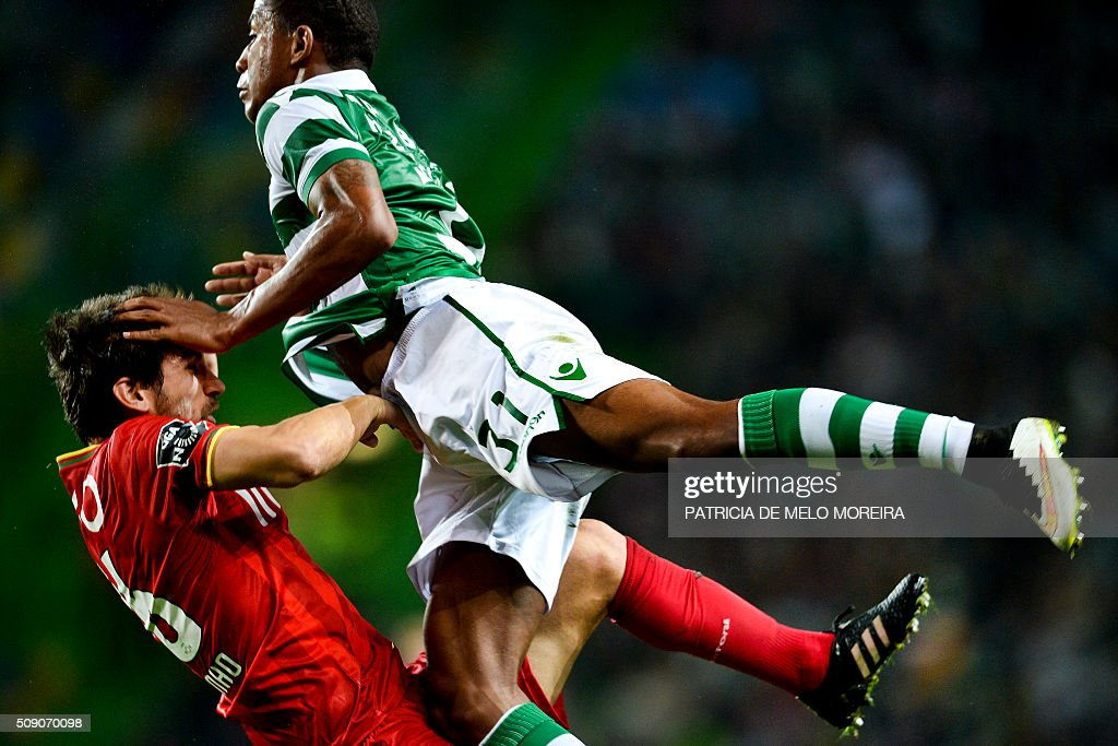 Sporting's Dutch defender Marvin Zeegelaar (R) vies with Rio Ave's defender Pedrinho Rocha (L) during the Portuguese league football match Sporting vs Rio Ave at Alvalade stadium in Lisbon on February 8, 2016. / AFP / PATRICIA DE MELO MOREIRA
