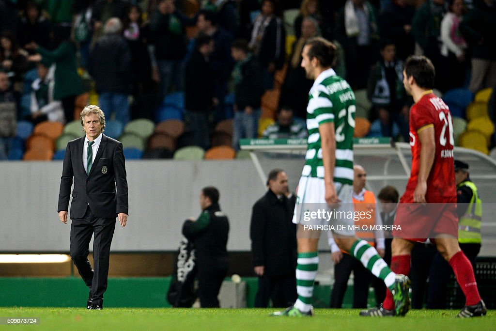 Sporting's head coach Jorge Jesus (L) looks to Sporting's Argentinian defender Hernan Barcos (2nd R) at the end of the Portuguese Primeira Liga football match between Sporting and Rio Ave at Alvalade stadium in Lisbon on February 8, 2016. / AFP / PATRICIA DE MELO MOREIRA