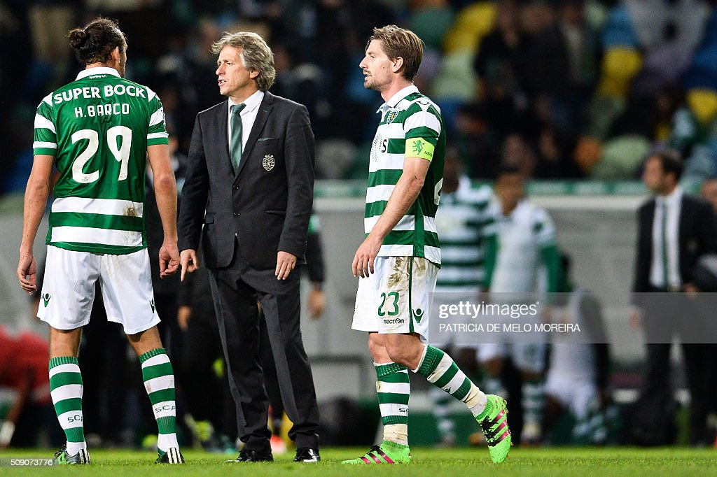 Sporting's head coach Jorge Jesus (C) speaks with Sporting's Argentinian defender Hernan Barcos (L) at the end of the Portuguese Primeira Liga football match between Sporting and Rio Ave at Alvalade stadium in Lisbon on February 8, 2016. / AFP / PATRICIA DE MELO MOREIRA