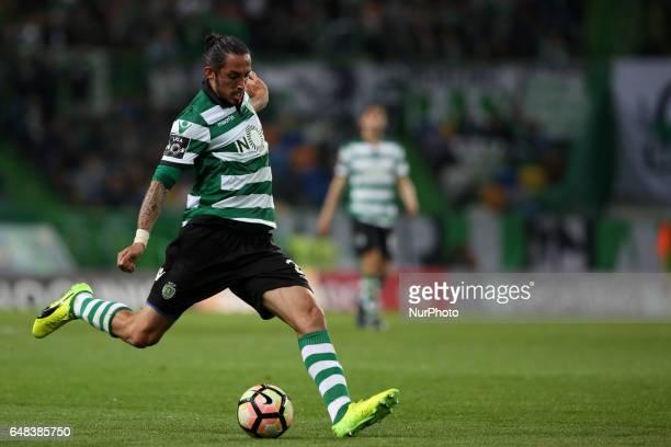 Sporting's Italian defender Ezequiel Schelotto in action during the Portuguese League football match Sporting CP vs Vitoria Guimaraes at Alvadade...