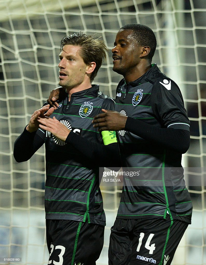 Sporting's midfielder Adrien Silva (L) celebrates a goal with Sporting's midfielder William Carvalho during the Portuguese league football match CD Nacional Funchal vs Sporting CP at the Madeira stadium in Funchal on February 13, 2016. / AFP / RUI SILVA