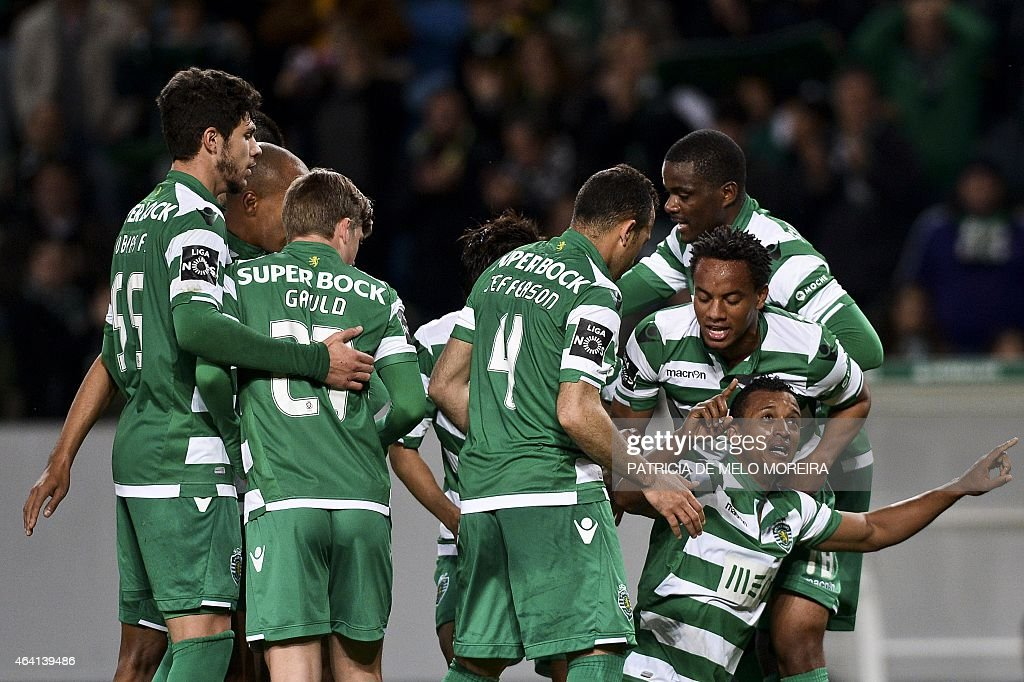 Sporting's midfielder Luis Carlos da Cunha 'Nani' (bottom R) celebrates with teammates after scoring a goal during the Portuguese league football match Sporting CP vs Gil Vicente FC at the Alvalade stadium in Lisbon, on February 22, 2015. AFP PHOTO / PATRICIA DE MELO MOREIRA