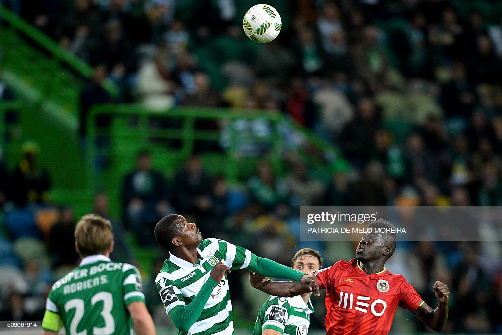 Sporting's midfielder William Carvalho (2nd L) vies with Rio Ave's forward Yazalde Pinto (R) during the Portuguese Primeira Liga football match between Sporting and Rio Ave at Alvalade stadium in Lisbon on February 8, 2016. / AFP / PATRICIA DE MELO MOREIRA
