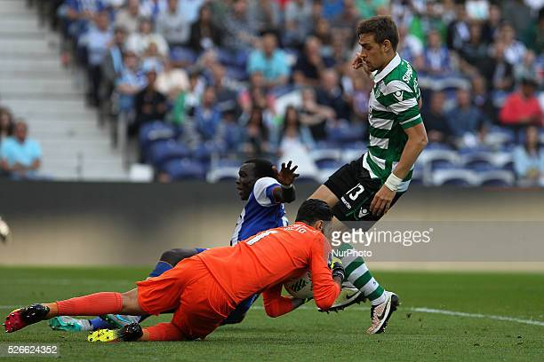 Sporting's Portuguese goalkeeper Rui Patr��cio vies with Porto's Cameroonian forward Vincent Aboubakar and Sporting's defender Coates during the...
