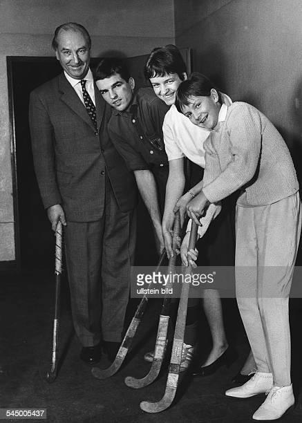 Sportler Hockeyspieler DErwin Keller mit seinen Kindern Carsten Birgit und Angela 1963
