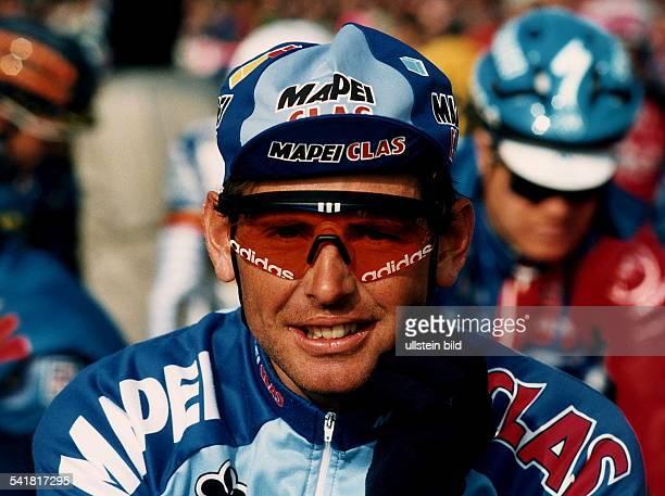 Sportler Profi Radrennfahrer CH mit Brille und Mütze im Trikot derMapei Teams 1995