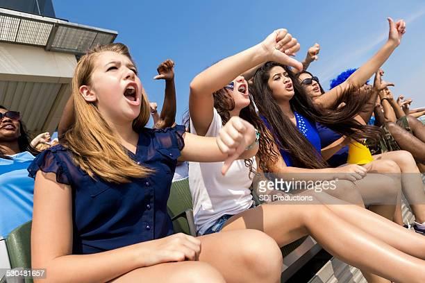 Sports fans jubeln und Buhrufe gegnerischen Mannschaft im stadium