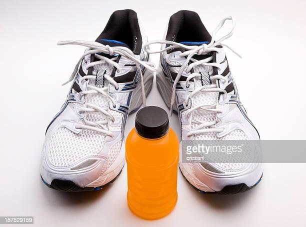 Zapatos deportivos y bebida