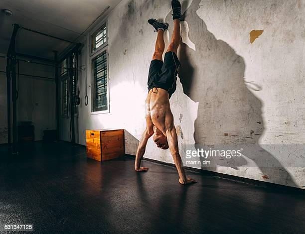 Sport-training im Fitnessraum