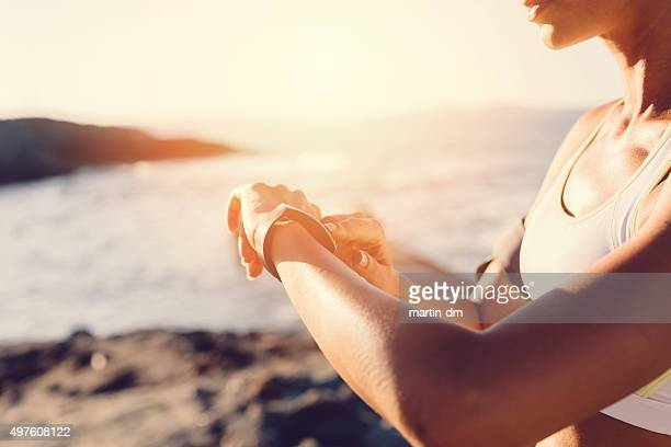 Sport Frau am Strand mit smart watch