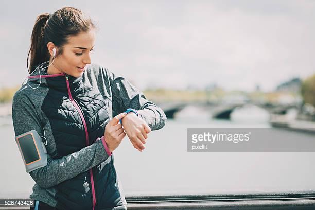 Sport donna controlla la sua tech orologio