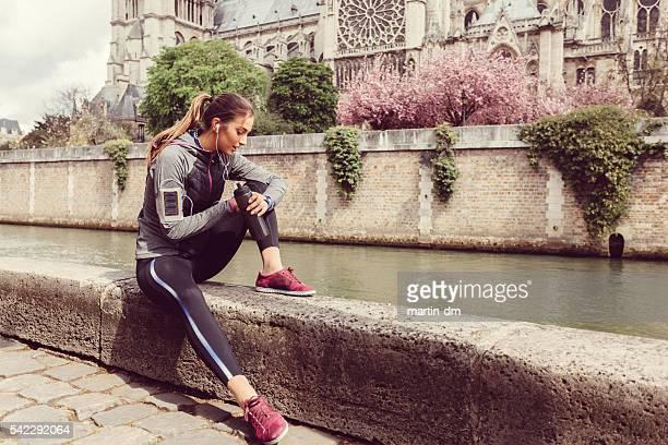 Sport femme vérifiant le pouls sur Montre intelligente