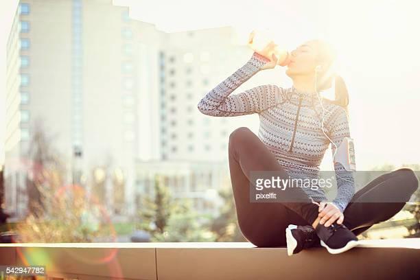 Sport Frau trinkt Wasser