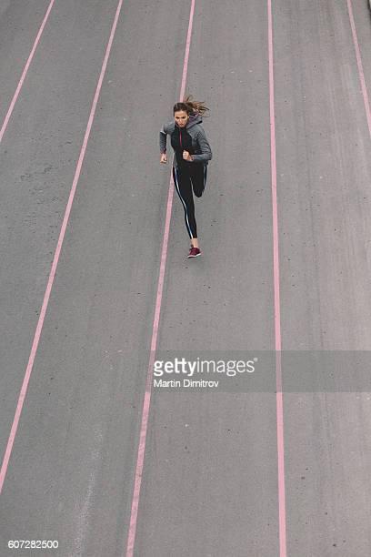 Femme sportive faire du jogging à l'extérieur de