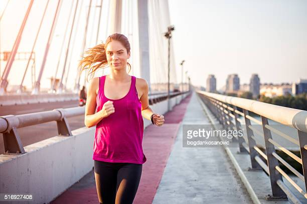 Donna che ama gli sport all'durante il jogging al mattino