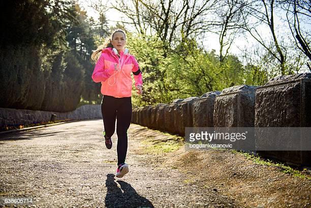 fare jogging donna che ama gli sport all'
