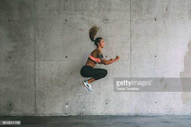 Donna che ama gli sport all'jumping