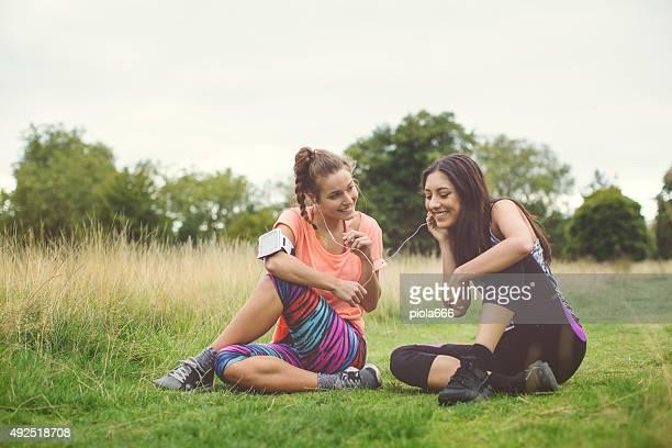 Sportiva ragazze appoggiato in Hyde park