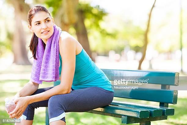 Sportive femme reposant sur un banc