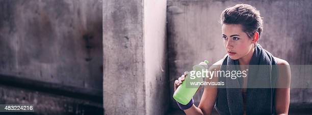 Sportive femme prenant une pause de son entraînement