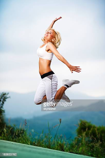 Sport jeune fille sauter en plein air.