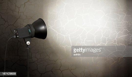 Luz de Foco na Parede de Cimento : Foto de stock