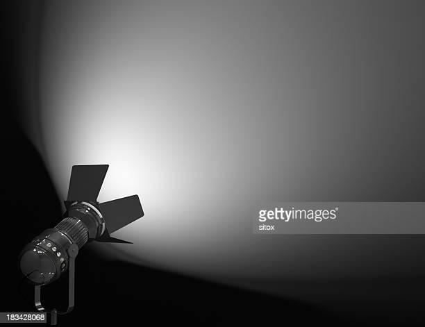 スポットライトの照明付きの壁とステージ