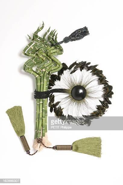 de haut en bas gland à clé en perles irisées Houlès embrasse Plumes en galet hêtre teinté et plumes de coq Xavier Dohr embrasse Yoshiwara en soie...