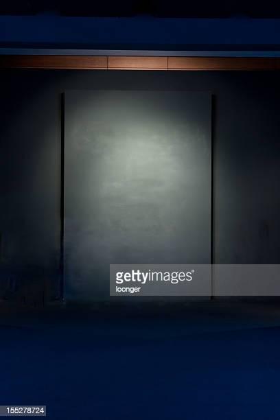 スポットライトに輝く、濃い色の壁
