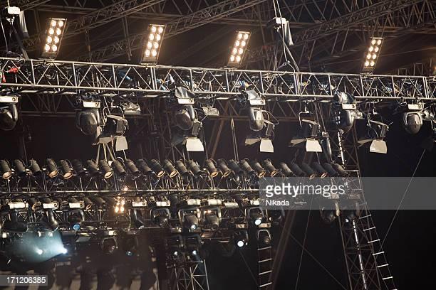 Spotlights über eine Bühne