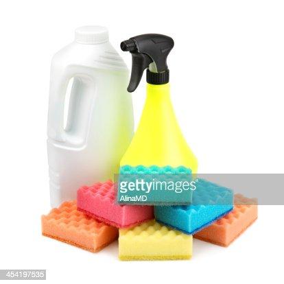Garrafa de spray e um conjunto de esponjas : Foto de stock