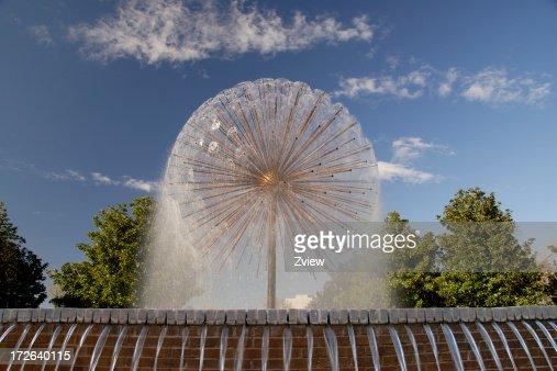 Spruzzare sferico Fontana nel parco della città