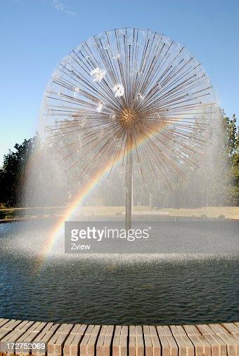 Spruzzare acqua con arcobaleno sferica Fontana