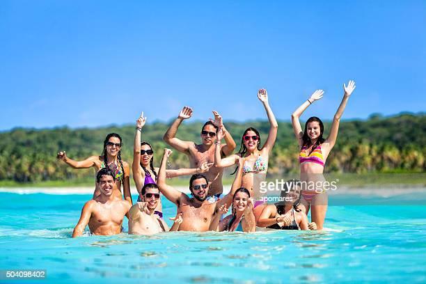 Spring break groupe de jeunes s'amuser sur la plage tropicale