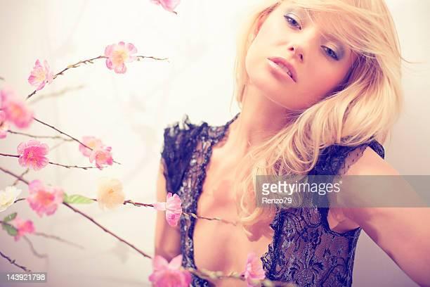 Frühling Frau Porträt auf dem peach-Blüte