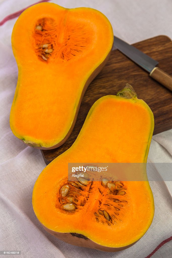 Squash cut in half on a wooden board : Stock-Foto